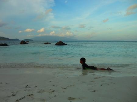 daffa tidur di pantai