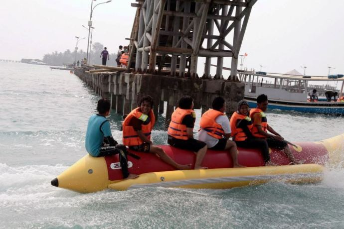 Menjajal serunya naik banana boat