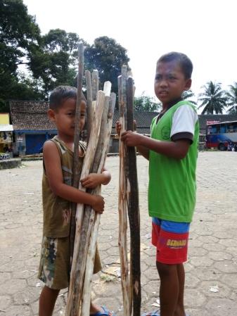 Anak-anak penjual tongkat