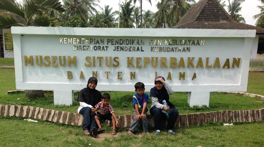 Di depan museum