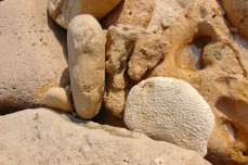 batu karang pantai goa cina